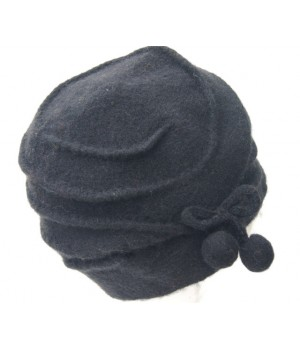 Moderne Mütze schwarze Bommel